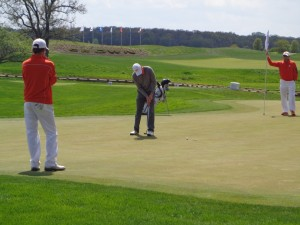 DSC02416 Brian Campbell knocks in winning putt DS